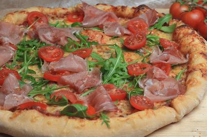 Pizza mit Rucoloa, Schinken und Tomate